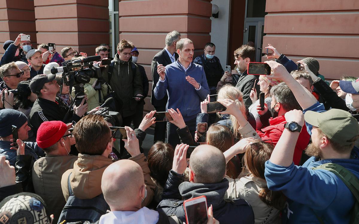 Константин Левушкин (в центре)у входа в офис банка«Нейва»