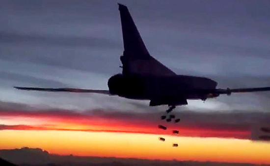 Дальний бомбардировщик Ту-22М3 дальней авиации Военно-космических сил России вовремя нанесения удара пообъектам террористической группировки ИГ (запрещена в России),19 ноября 2015 года