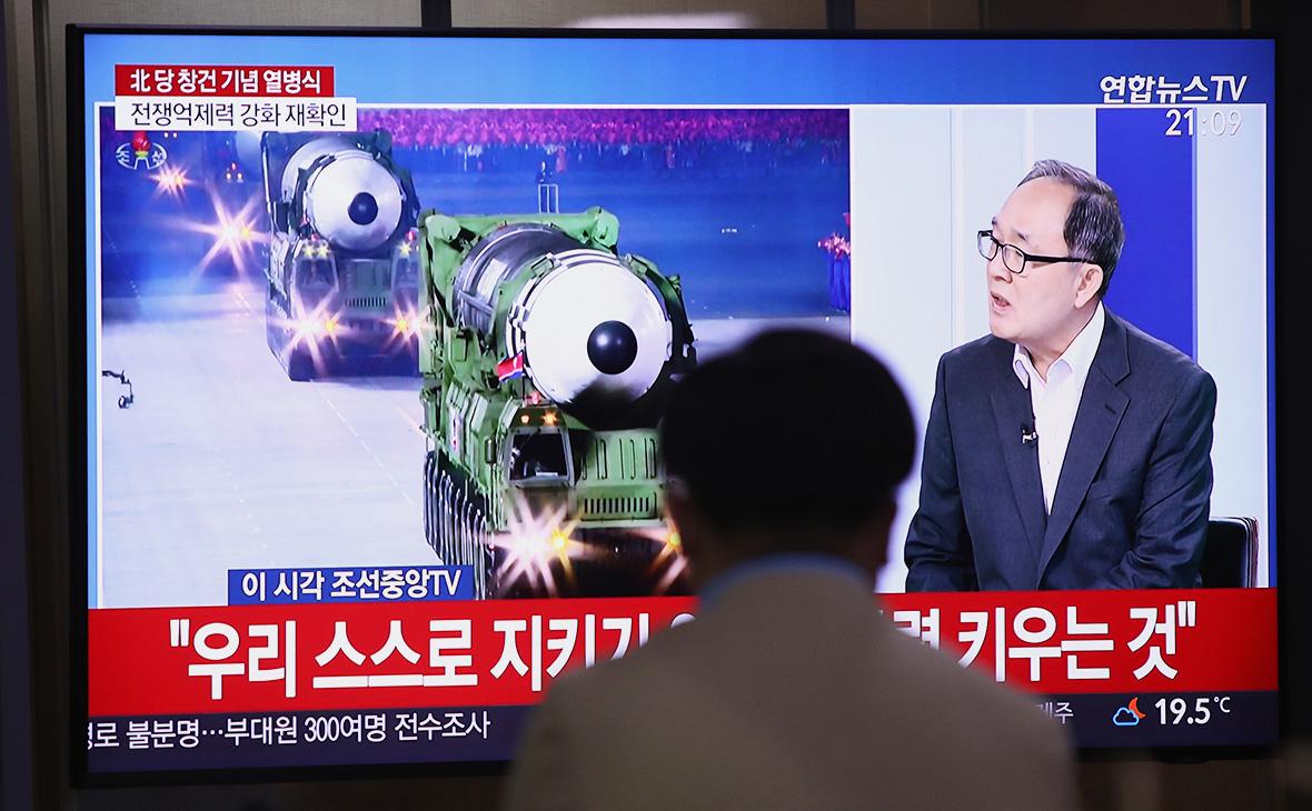 Трансляция военного парада по случаю 75-й годовщины основания Трудовой партии КНДР в Пхеньяне, Северная Корея