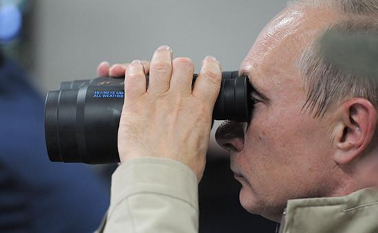 Президент РФ Владимир Путин наблюдает задействиями войск входе ведения маневренной обороны напромежуточном рубеже входе активной части первого этапа стратегических командно-штабных учений «Кавказ-2012» навоенном полигоне «Раевский» вКраснодарском крае. 17 сентября 2012 года