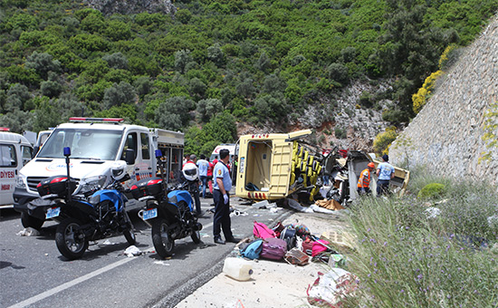 Сотрудники полиции и врачи на месте происшествия
