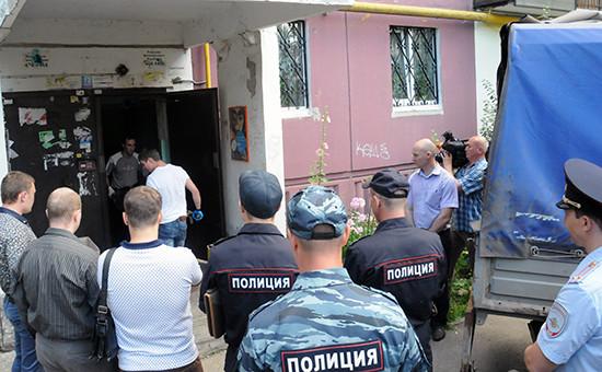 Сотрудники правоохранительных органов у подъезда жилого дома вНижнем Новгороде, гдебыли обнаружены убитые дети, 4 августа 2015 года