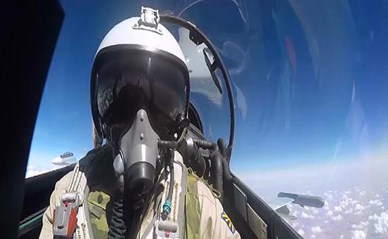 Летчик российского истребителя Су-30 во время бомбометания
