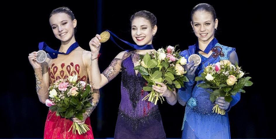 Анна Щербакова, Алена Косторная и Александра Трусова во время церемонии награждения на чемпионате Европы по фигурному катанию 2020 года