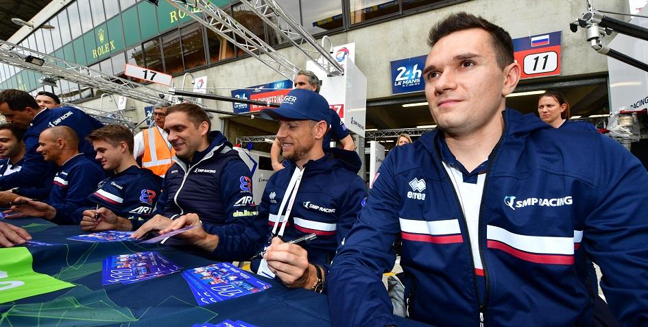 Российский гонщик Михаил Алешин (крайний справа)