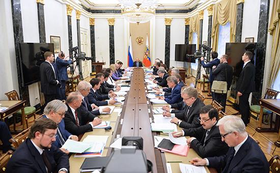 Президент РФ Владимир Путин (в центре) на заседании президиума Экономического совета в Кремле