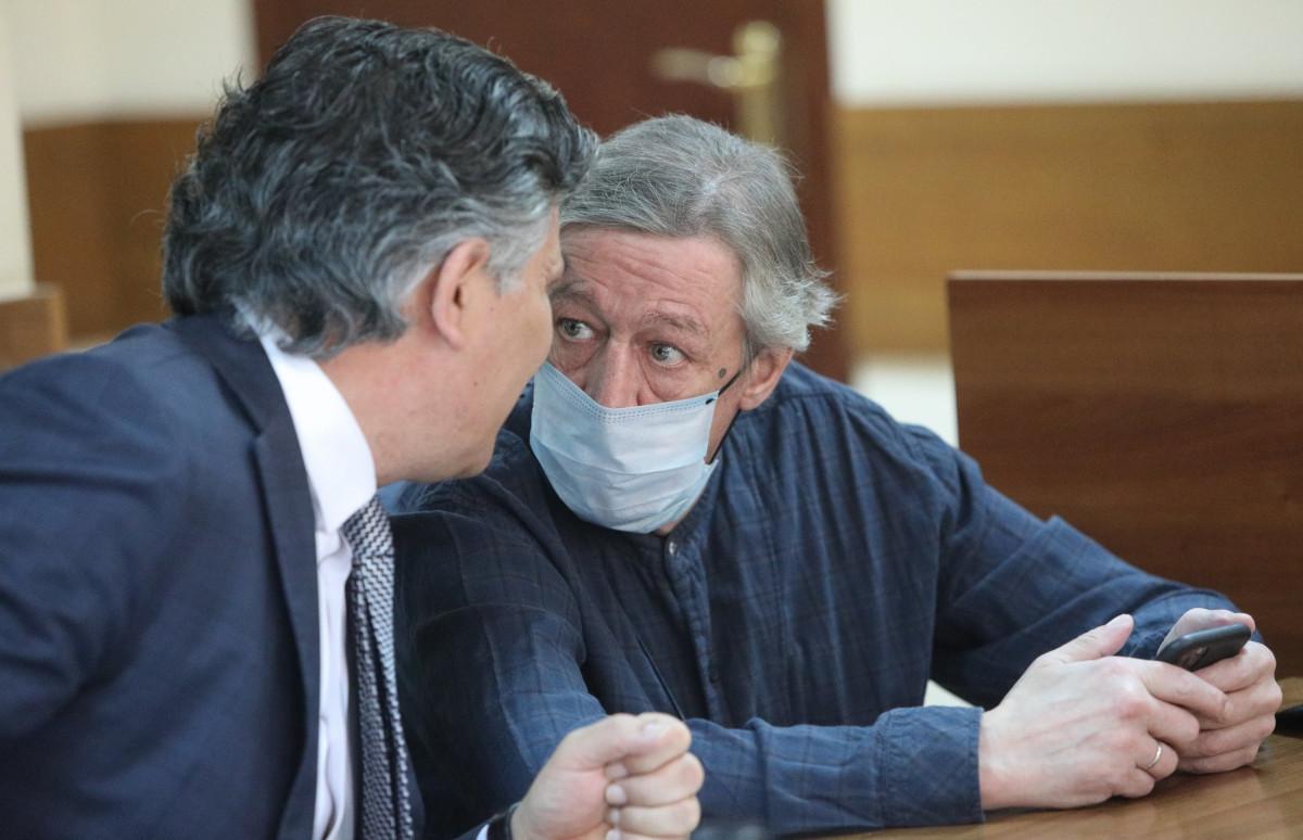 Михаил Ефремов с адвокатом ЭльманомПашаевым (слева)