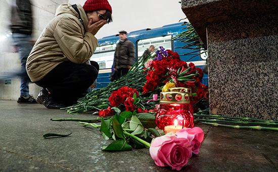 Цветы наместе теракта в санкт-петербургском метро