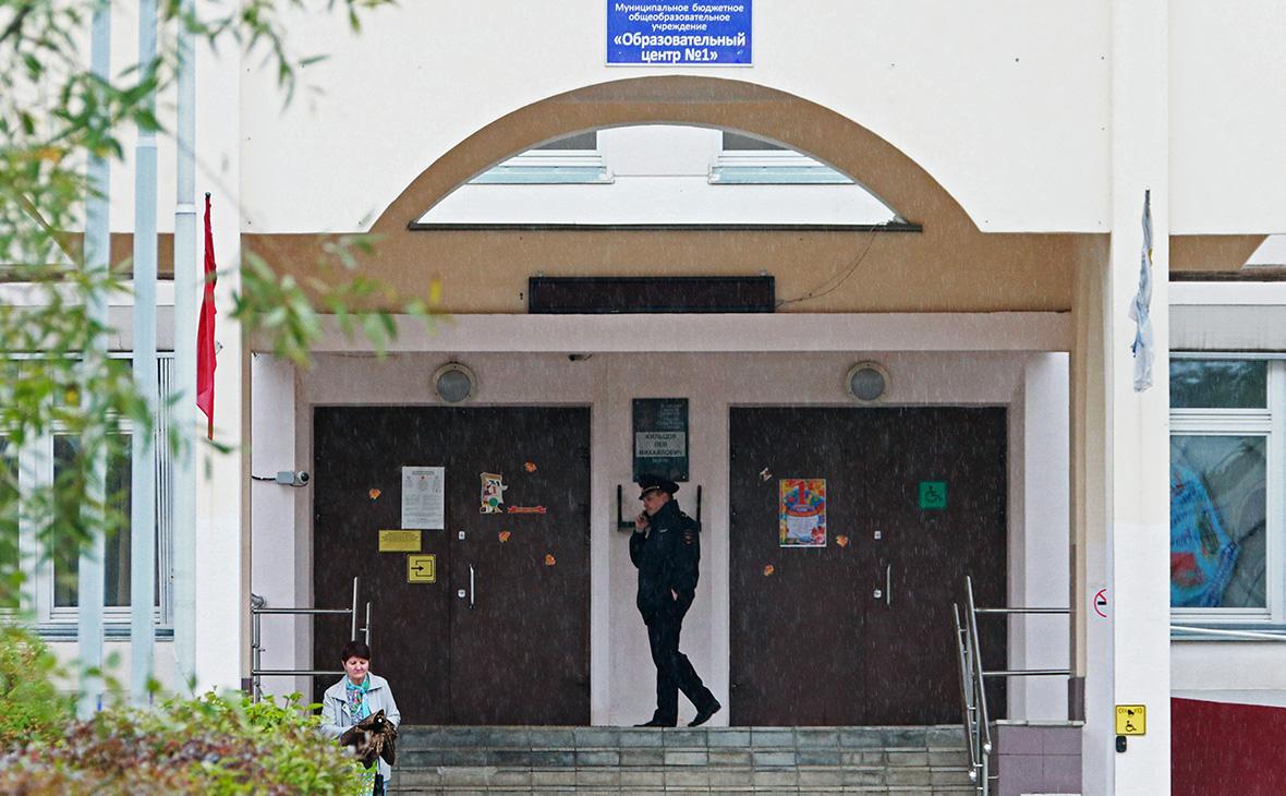Полицейский у здания школы № 1 в Ивантеевке