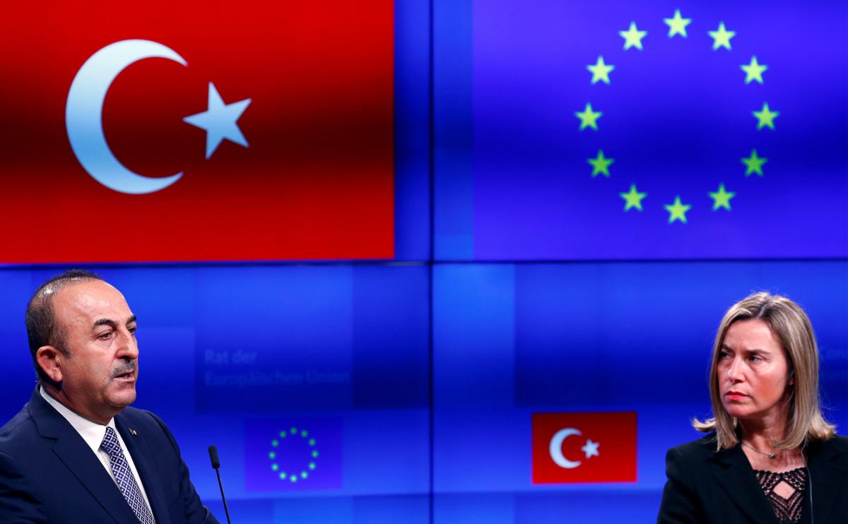 Глава МИД Турции Мевлют Чавушоглу и глава европейской дипломатии Федерика Могерини