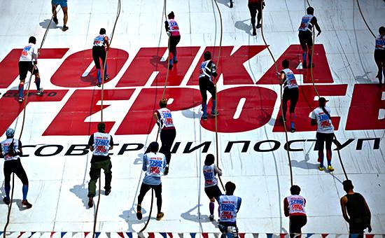 Участники «Гонки героев» преодолевают один из этапов трассы, оборудованной на полигонеТаманской дивизии