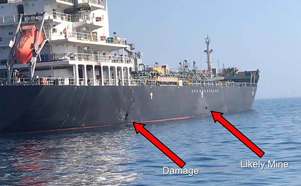 На фотографии показана мина, прикрепленная к борту танкера