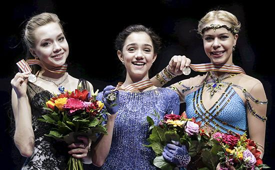 Российские фигуристкиЕвгения Медведева (в центре),Елена Радионова (слева) и Анна Погорилая (справа) на церемонии награждения