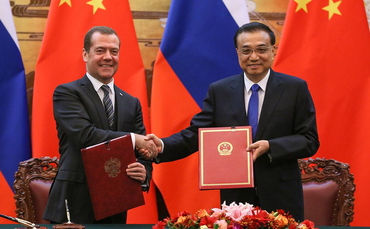 Дмитрий Медведев и Ли Кэцян (слева направо)