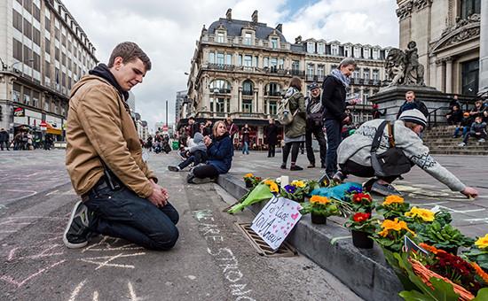 Люди возлагают цветы в память о погибших во время терактоввБрюсселе, 22 марта 2016 года