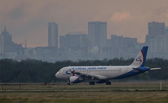 Самолет авиакомпании «Уральские авиалинии» на взлетно-посадочной полосе международного аэропорта Толмачевов Новосибирске