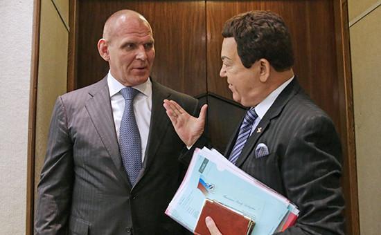 Депутаты Госдумы РФ Александр Карелин и Иосиф Кобзон (слева направо) на пленарном заседании