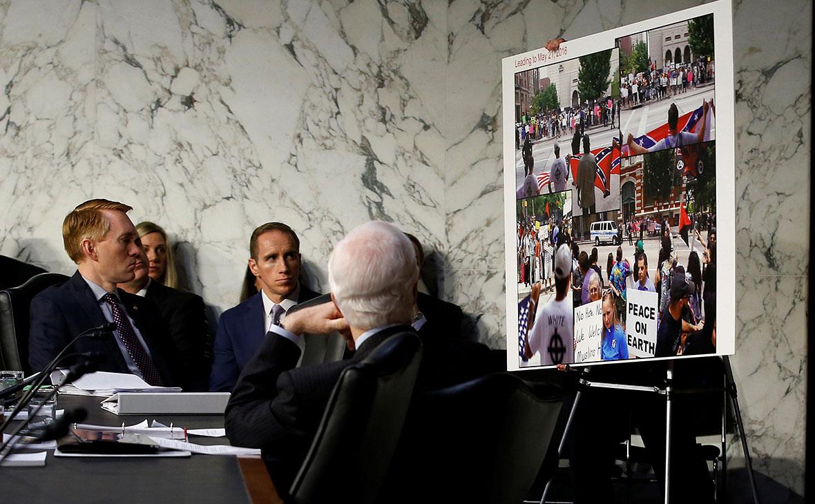 Сенаторы изучают плакат с «доказательствами» российских действий в соцсетях