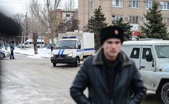 Сотрудники полиции и казаки охраняют территорию около Донецкого областного суда в Ростовской области, 2016год