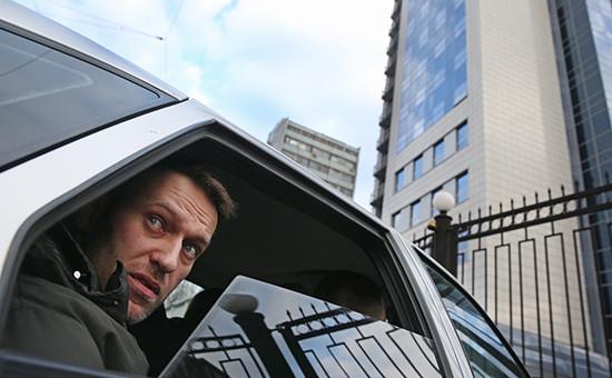 Оппозиционер Алексей Навальный у здания главного управления Следственного комитета РФ, куда он был вызван для дачи объяснений в рамках проверки Фонда борьбы с коррупцией