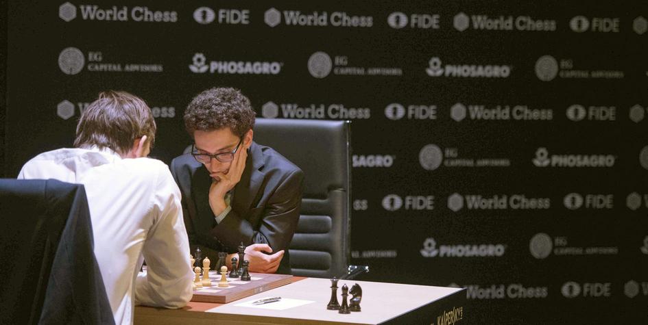 Фабиано Каруана (справа) и Анатолий Грищук за шахматной доской (Arne Baensch/dpa via AP)