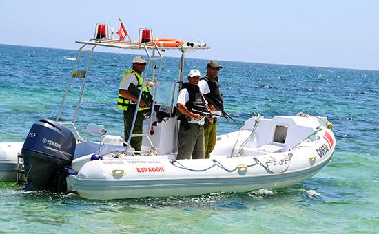 Полиция Туниса патрулирует прибрежнуюзону в курортном городеСус