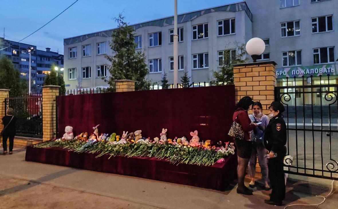 Цветы у школы №175 в Казани