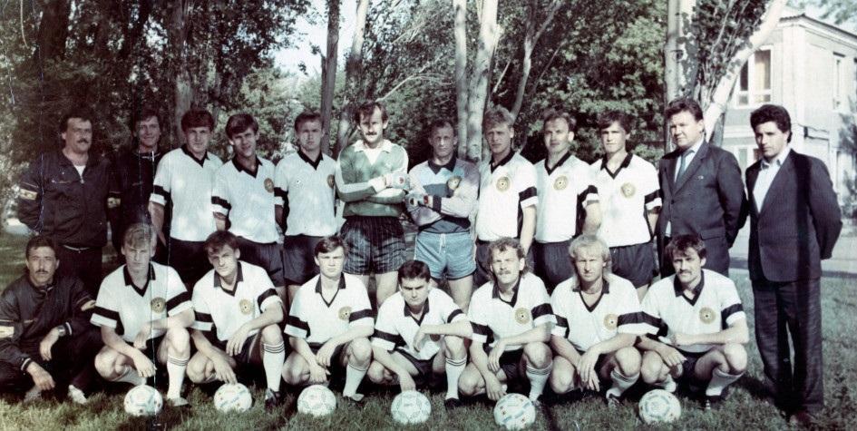 Василий Василенко — четвертый справа в верхнем ряду