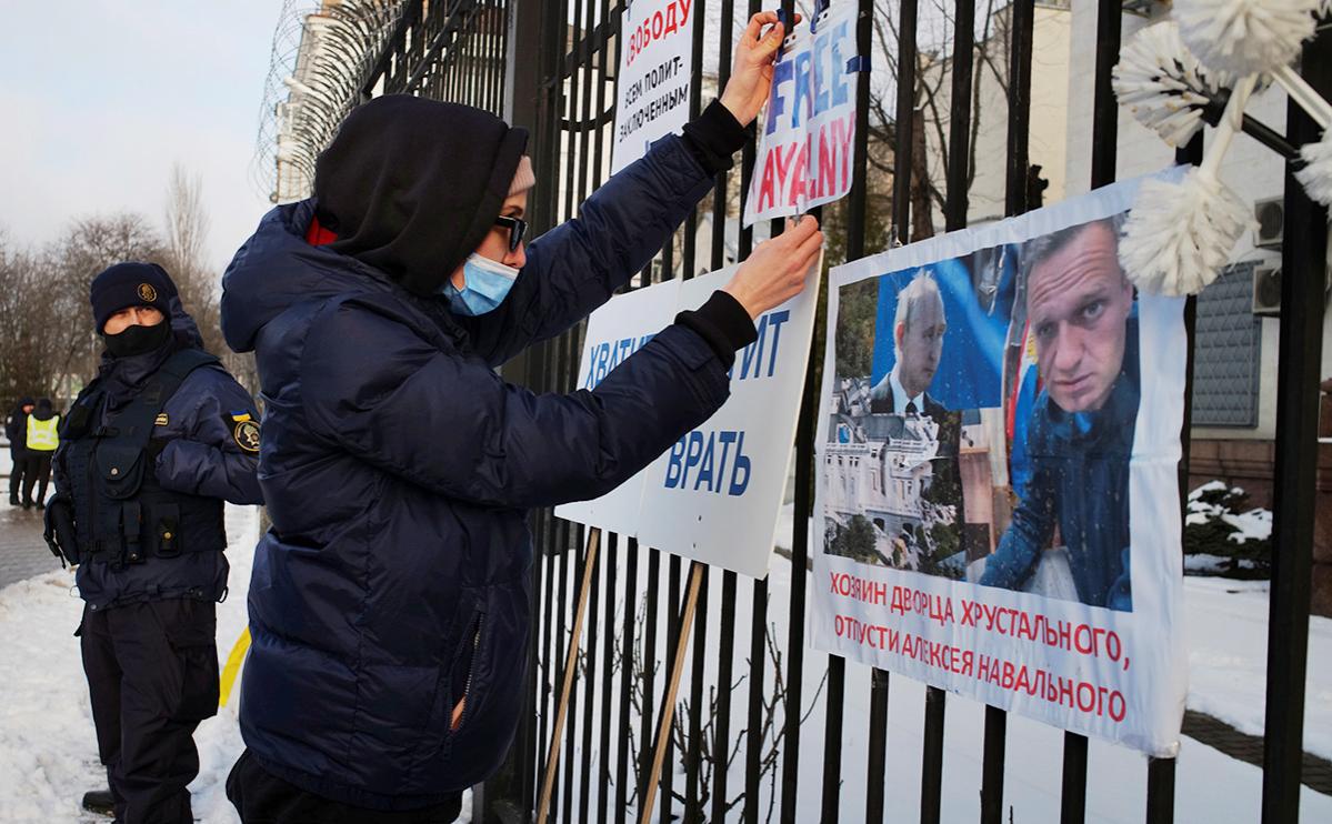 Обстановка перед посольством России в Киеве, Украина