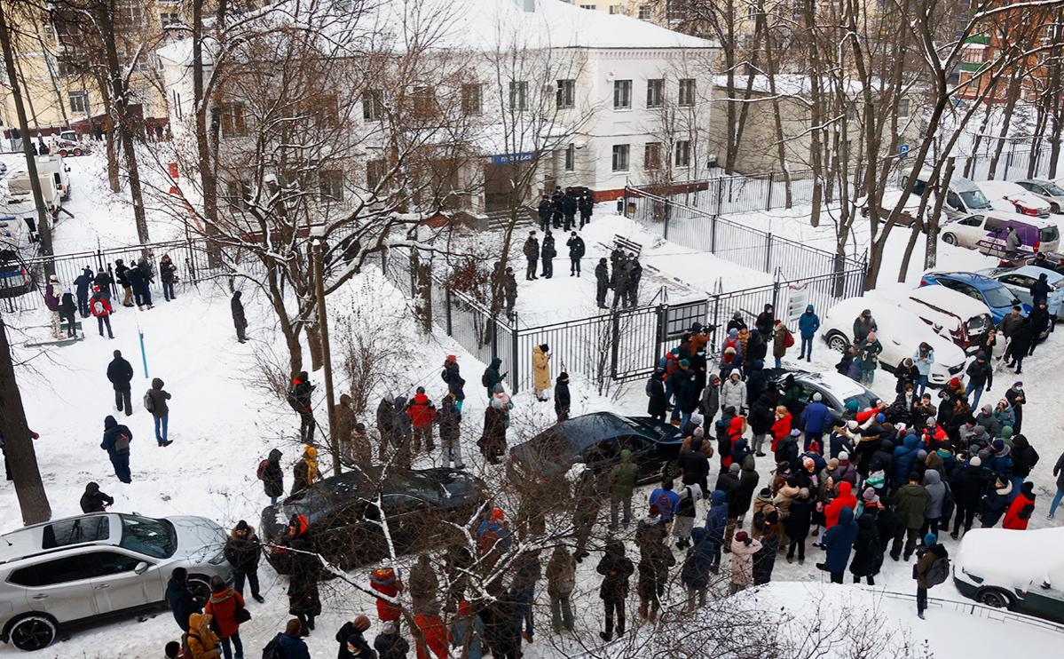 Обстановка у второго отдела полиции управления МВД России по городу Химки, где находится Алексей Навальный