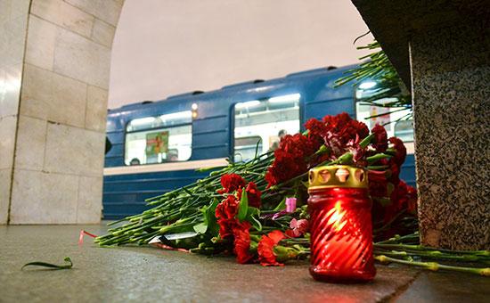 Цветы настанции метро «Технологический институт» впамять опогибших привзрыве. Апрель 2017 года
