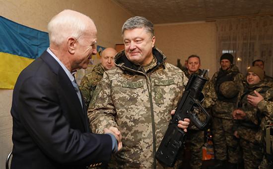 Американский сенатор Джон Маккейн ипрезидент Украины Петр Порошенко (слева направо) вовремя поздравления военнослужащих снаступающим Новым годом вкомандном пункте врайоне Широкино. 31 декабря 2016 года