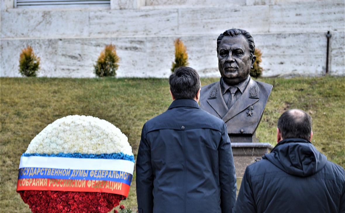 Бюст Андрея Карлова, который установлен на территории российского посольства в Анкаре