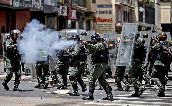 Сотрудники полиции во время «голодного протеста»в столице Венесуэлы Каракасе