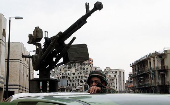 Военнослужащий сирийской армии в автомобиле на одной из улиц Хомса. Архивное фото