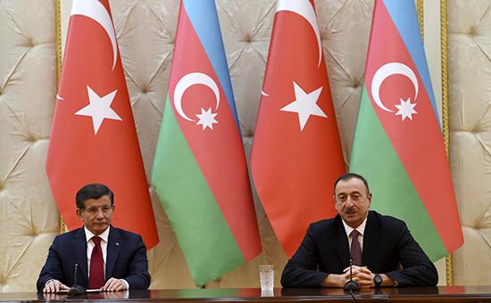 Премьер Турции Ахмет Давутоглу ипрезидент Азербайджана Ильхам Алиев (слева направо)