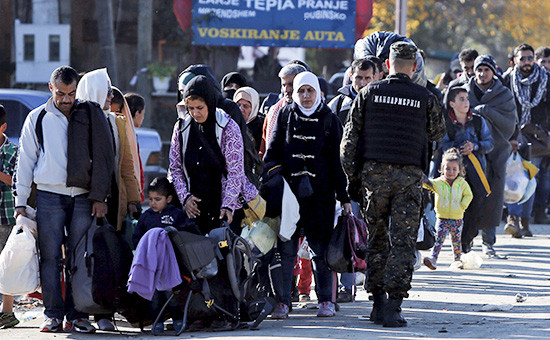 Мигранты ожидают регистрации в лагере на территории Сербии