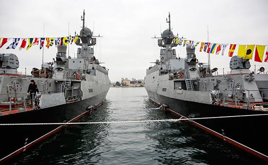 Малые ракетные корабли «Зеленый Дол» (слева) и«Серпухов», снабженные универсальным ракетным комплексом «Калибр-НК»