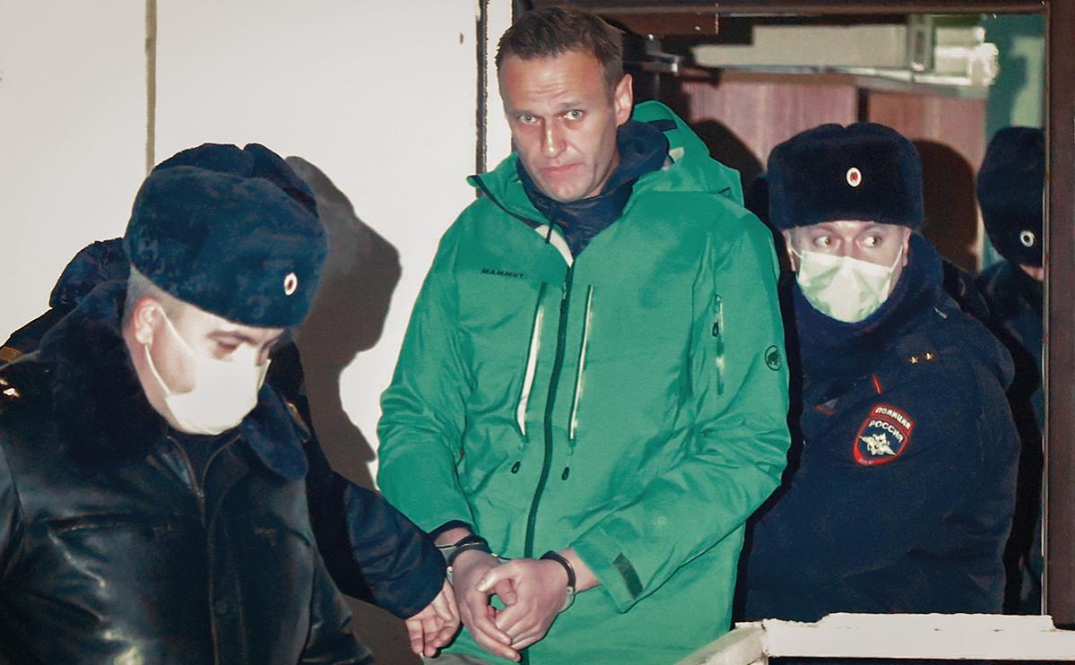 Алексей Навальный (в центре) у здания второго отдела полиции управления МВД России по городу Химки, 18 января 2021г.
