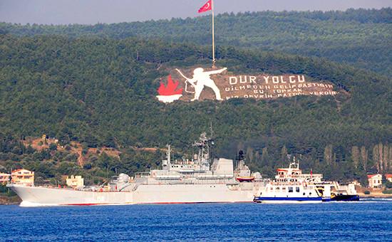 Большой десантный корабль «Цезарь Куников» проходит черезпролив Дарданеллы вТурции, 4 октября 2015 года