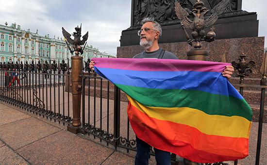 ЛГБТ-активист во время одиночного пикета против ненависти и нетерпимости на Дворцовой площади. Архивное фото