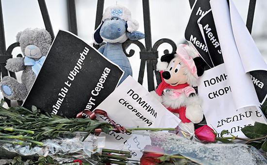 Цветы иигрушки впамять опогибшем Сереже Аветисяне у здания посольства Армении вМоскве. Архивное фото