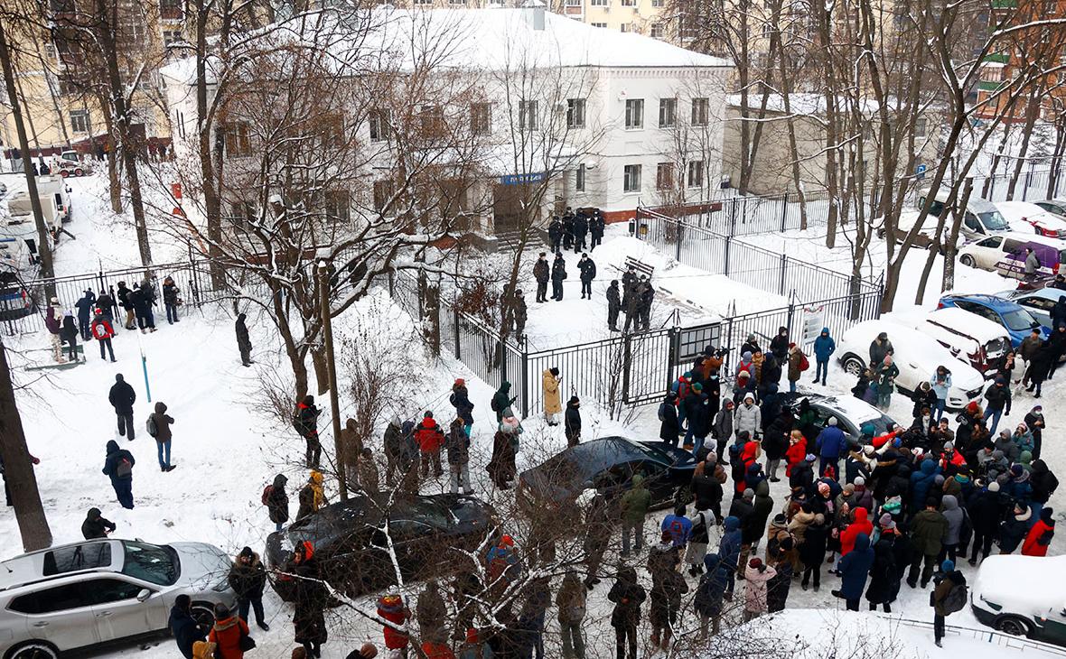 Люди у здания второго отдела полиции управления МВД России по городу Химки