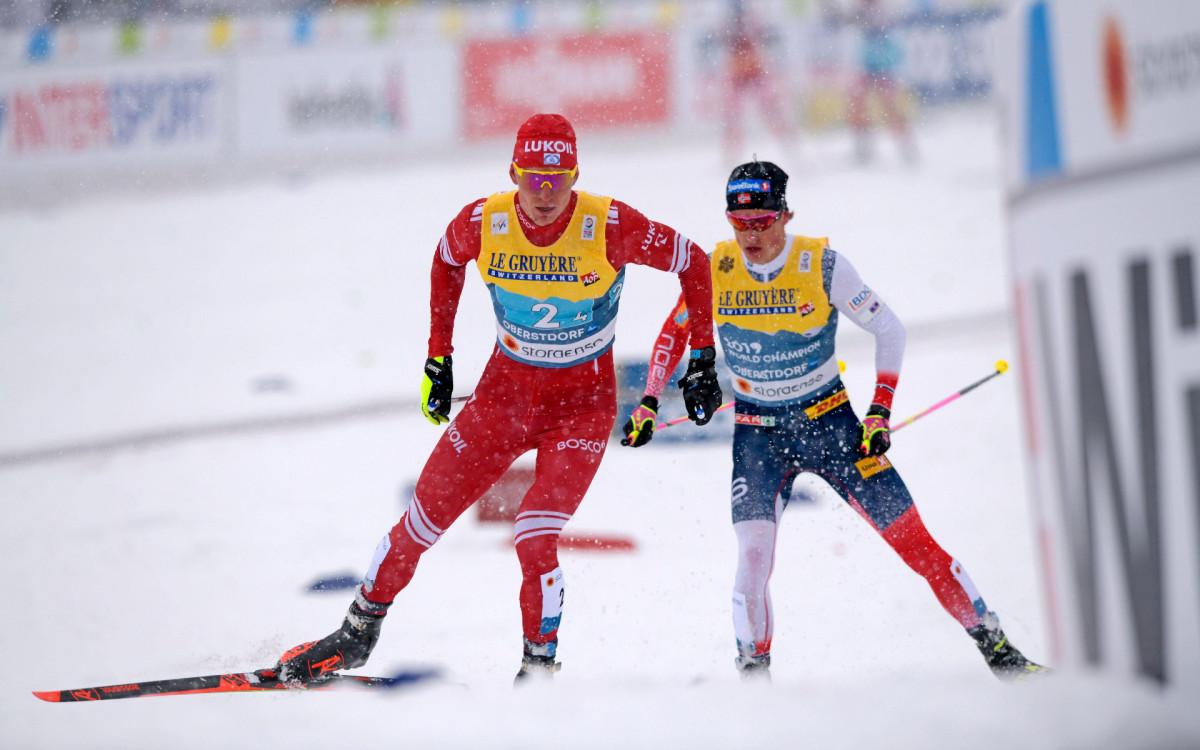 Александр Большунов (слева) против Йоханнеса Клэбо на последнем этапе эстафеты