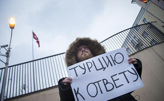 Мужчина пикетирует возле посольства Турции в Москве, 24 ноября 2015 года