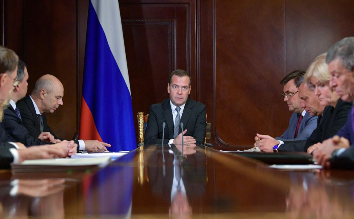 Дмитрий Медведев (в центре) с вице-премьерами