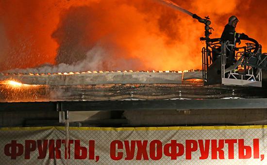 Тушение пожара на складе искусственных цветов и пластиковой посуды на Амурской улице