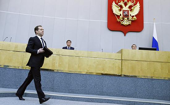 Премьер-министр РФ Дмитрий Медведев (слева)