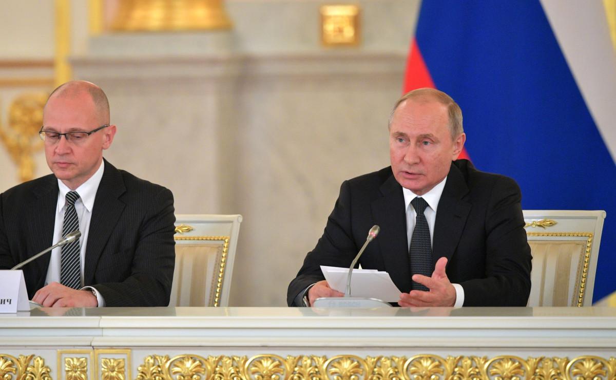 Первый заместитель руководителя администрации президента Сергей Кириенко и президент РФ Владимир Путин на заседании Совета по правам человека