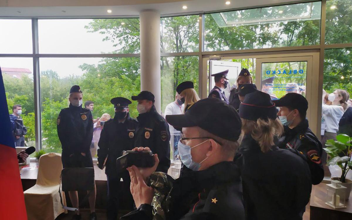 Полиция начала задержания на съезде независимых депутатов в Новгороде